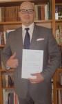 Der Verfasser präsentiert sein Zeugnis. (Foto:privat)