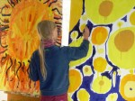 Früh übt sich: Ein Kind beim Malen in der Gelben Villa